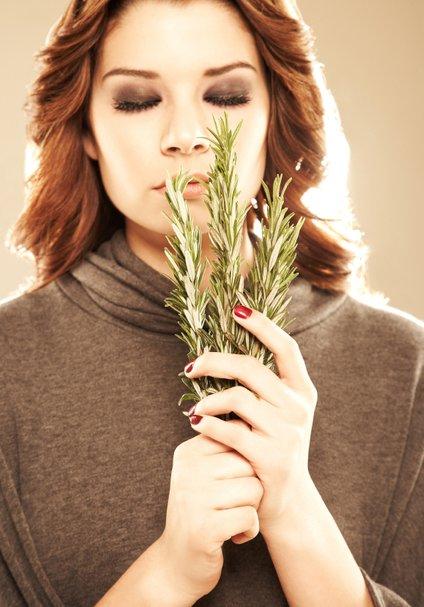 Do močnih, mladostnih in zdravih las si lahko pomagate tudi z rožmarinom.