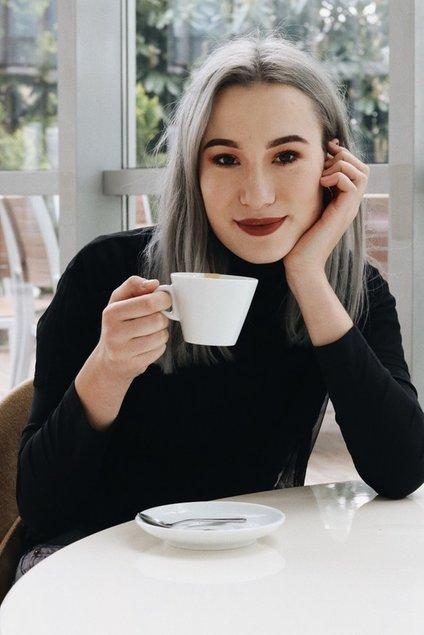 Anabel se je Sloveniji prvič predstavila s pesmijo Ob kavi.