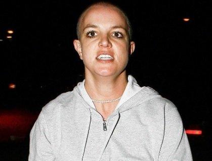 Februarja leta 2007 si je pred očmi na desetine paparacev, pobrila vse lase.
