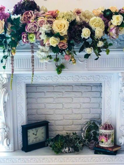 Na dekorativnem kaminu imamo lahko tudi sveže rezano cvetje.