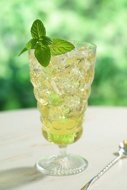 Hladen napitek iz zelenega čaja je kot nalašč za vroče poletne dni.