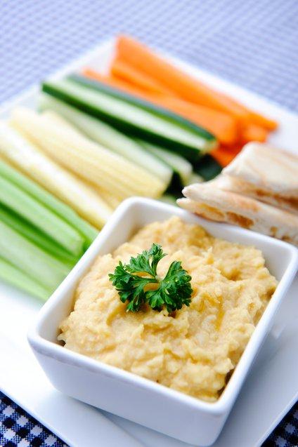 Humus se odlično poda k narezani zelenjavi.