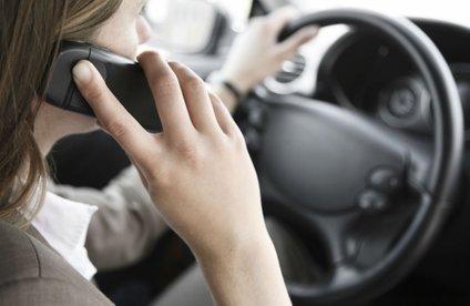Če boste med vožnjo uporabljali mobilne naprave, poleg višje denarne kazni tvegate tudi kazenske točke.