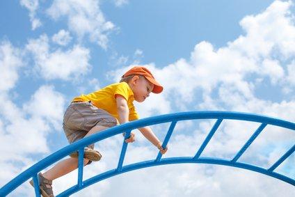 Naj otrok raziskuje svet in se uči tudi na lastnih napakah.