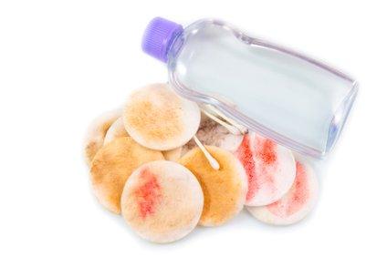 Micelarno mleko, tako kot voda, vsebuje micele, ki odstranijo ličila in ostalo umazanijo, ki se je čez dan nabrala na vaši koži.