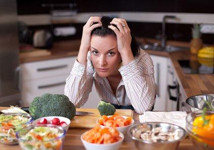 Če dnevno ne boste zaužile dovolj manjših obrokov, bo enak učinek, kot če bi pojedle preveč.