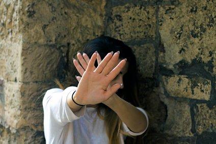 Anna je medicinskega tehnika Tima spoznala med zdravljenjem na psihiatrični kliniki, na oddelku za mladoletne bolnike. Slika je simbolična.