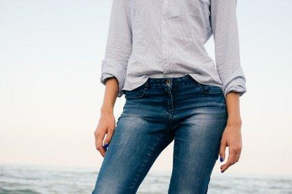 Če že izbirate izberete spran model kavbojk, najbo tanekoliko bolj spran jeans v predelu stegen in nekoliko temnejši odtenek okoli pasu.