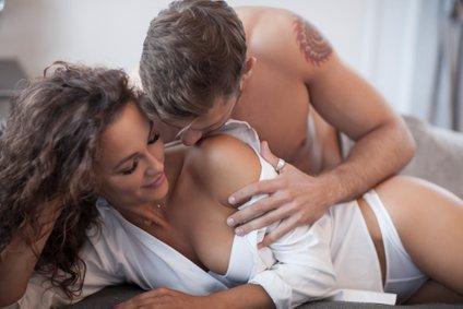 Hrepenite po spolnosti, kjer se lahko popolnoma predata drug drugemu, ona pa se venomer skriva?