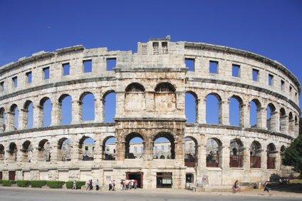 Ena izmed največjih zgodovinskih znamenitosti je zagotovo amfiteater v Puli.