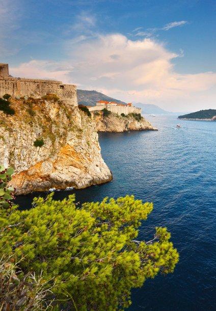 Krasi jo kar 1244 otokov, otočkov in grebenov, od tega pa je 66 neposeljenih.