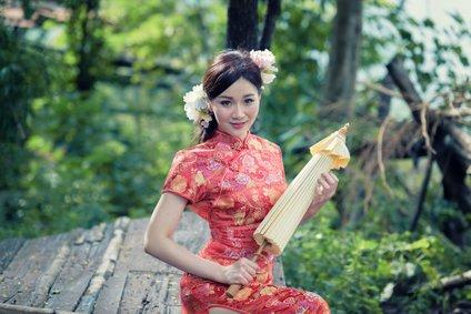 V delih Kitajske za dekleta organizirajo tečaje, kjer jih učijo pravilnega oblačenja, sedenja, vedenja v zakonu in gospodinjenja.