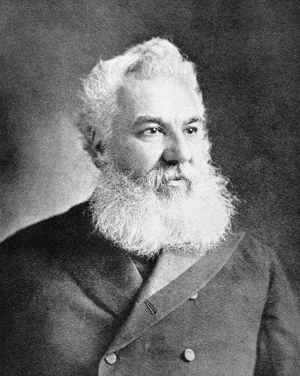 V času, ko je Bell izumil telefon, ga je namreč vzporedno poskušalo razviti več inženirjev in znanstvenikov s finančnimi spodbudami iz različnih virov.