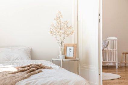 Ob posteljo, ki ni čisto do tal, lahko stopimo čisto do roba.