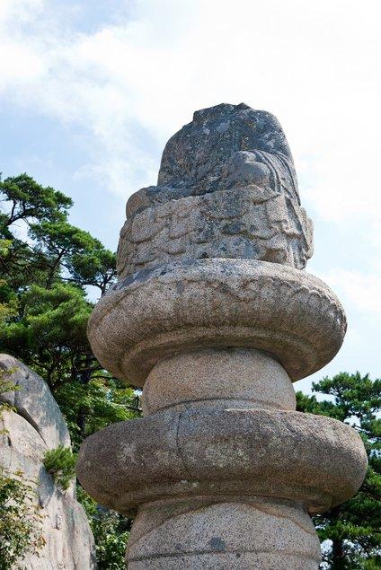 Kip Bude, ki mu (iz še nepojasnjenega razloga) manjka glava.