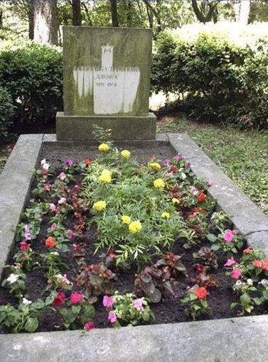 Za grob Davorjanke Zdenke Paunović danes skrbi družina Karađorđević.