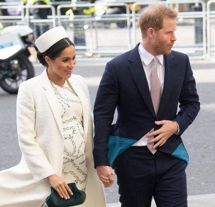 Meghan in princ Harry se selita v Buckinghamsko palačo.
