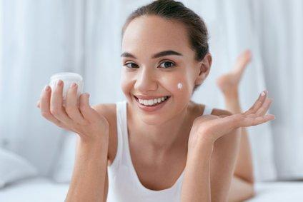 Ponoči ima telo čas, da si povrne moči, si nabere novo energijo in poskrbi za regeneracijo kožnih celic.