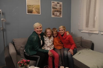 Ana z družino Karlovini.