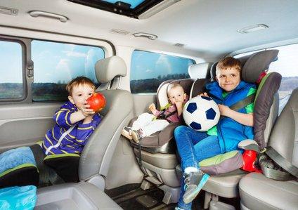 Otroci v avtu.