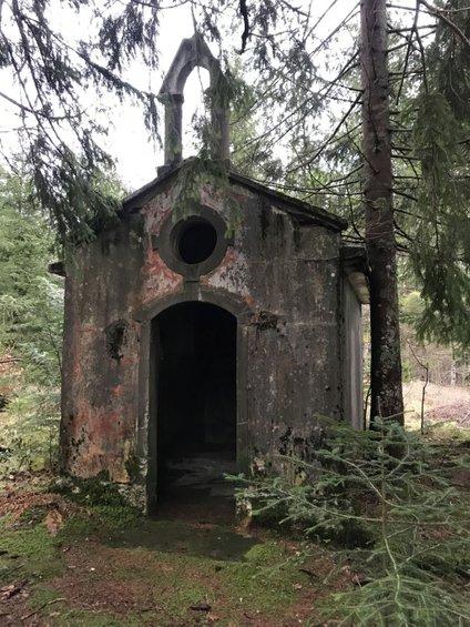 Ker kapelo v gozdu obiskujejo ljudje in v njej prižigajo svečke, na Slovenskih državnih gozdovih preučujejo možnost, da bi jo v prihodnjem letu obnovili.