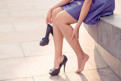 Ko boste stopala ohladile, na še vlažna nanesite losjon za telo, ki ga imejte v torbici.