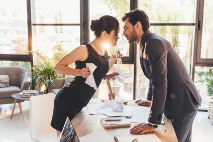 Flirtanje s šefom je lahko nevarna igra, če je vezan in ima družino.