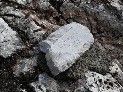 Temeljni kamen za dom na Okrešlju je položen. Kamen je del prejšnjega doma, ki je pogorel novembra lani.