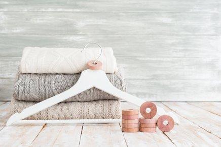 Tekstilni molji nam lahko v celoti uničijo pletenine in druga oblačila.