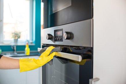 Za čiščenje ne uporabljajte grobih in abrazivnih pripomočkov in čistil.