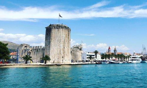 V to hrvaško mesto se množično zgrinjajo turisti