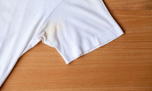 Tako lahko odstranite rumene madeže na belih oblačilih