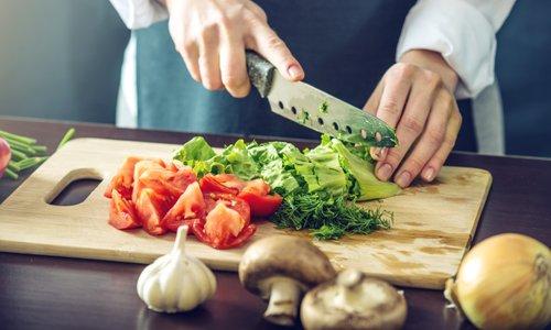 Kako se znebiti vonja česna na deski za rezanje hrane?