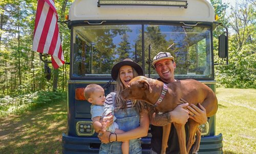Družina si je svoj dom ustvarila na avtobusu