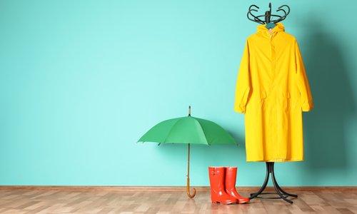 Mokri čevlji in dežniki – kam z njimi