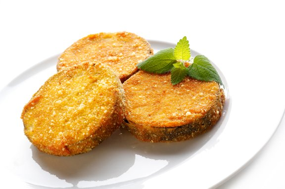 Jajčevci zelo dobro vpijajo maščobo, zato se lahko iz nizkokaloričnega živila hitro spremenijo v mastno jed. Da se temu izognemo, jajčevce pred cvrenjem ali pečenjem nasolimo, ožamemo in dobro osušimo s papirnato brisačko.