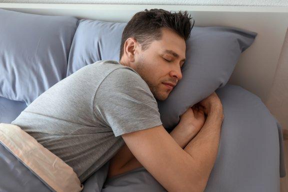 Osebe z obstruktivnimi pavzami dihanja v spanju ponoči smrčijo.