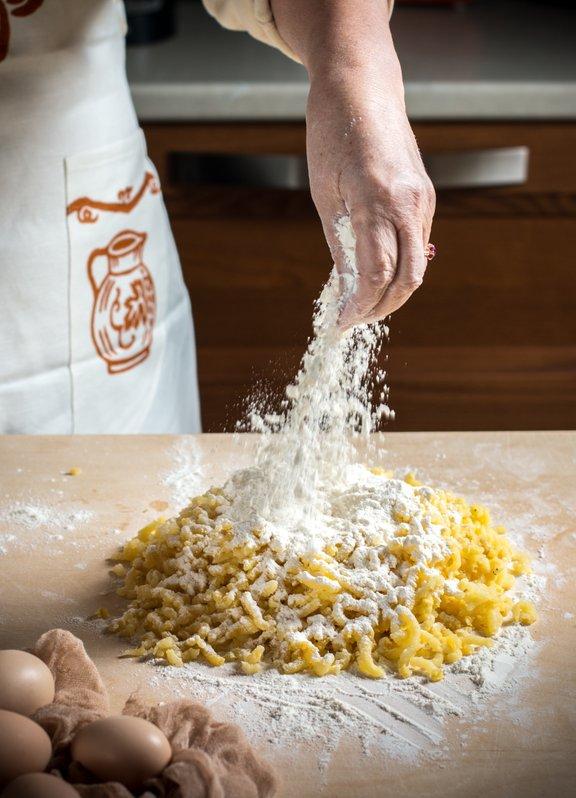 Za krompirjevo testo uporabimo mešanico pol ostre in pol mehke moke, 1 do 2 žlici moke pa lahko nadomestimo tudi s pšeničnim zdrobom.