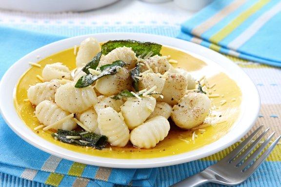 Krompirjevi njoki so odlični v kombinaciji s hitro pripravljeno omako iz stopljenega masla in žajblja.