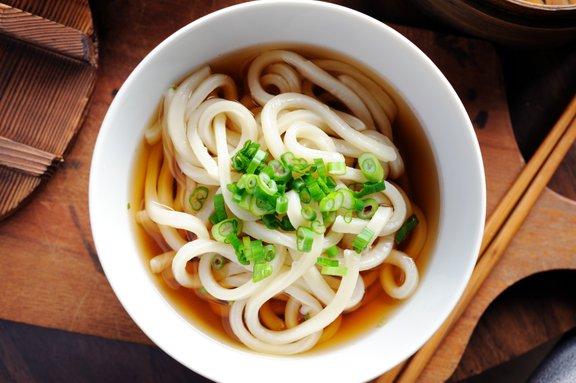 Tudi juha z dodatki lahko predstavlja polnovreden večerni obrok.