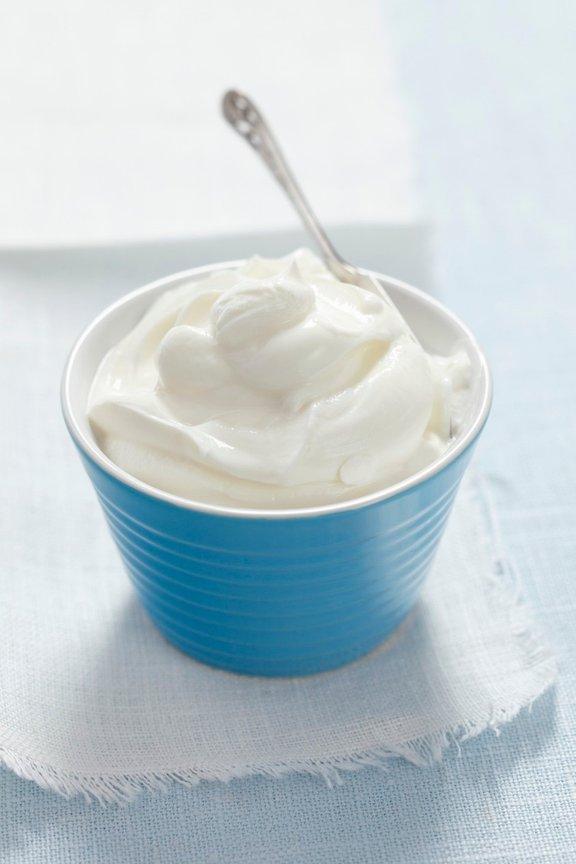 Grški jogurt je gost, kremast in smetanast, skoraj podoben mlademu siru, a še vedno z okusom jogurta.