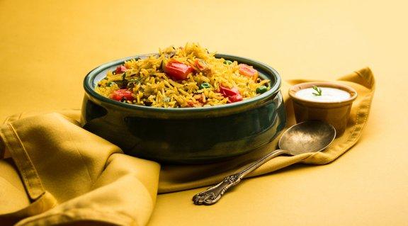 Basmati je dolgozrnati riž iz severne Indije, ki ima vonj po oreščkih, po kuhanju pa je nežen in rahel.
