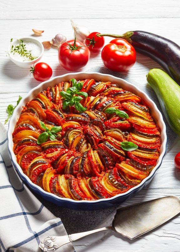 Glavni sestavini ratatouilla sta paradižnik in česen, ki so jima za okus dodane še bučke, jajčevci in značilne provansalske začimbe.