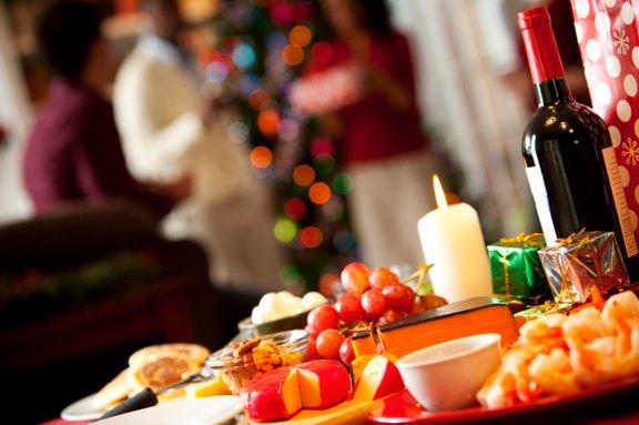 Pripravljene prigrizke postavite skupaj s pijačo na veliko mizo.