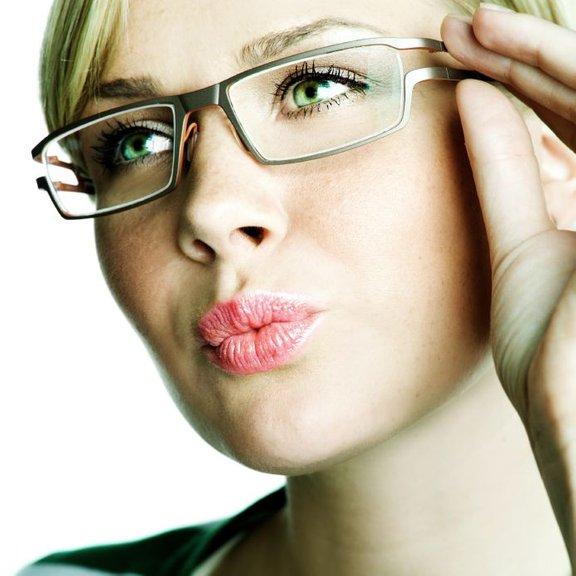 Zamegljen in popačen vid je običajno posledica kratkovidnosti, daljnovidnosti ali astigmatizma.