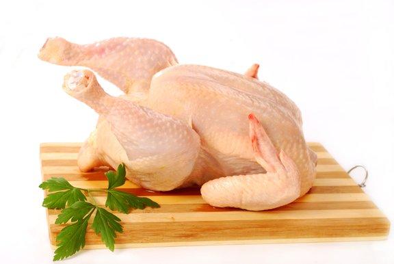 Piščanca pred peko ogrejemo na sobno temperaturo.