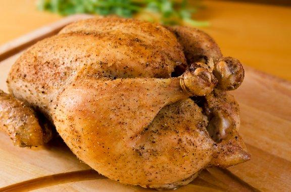 Piščanca pred peko začinimo s poljubnimi začimbami in po želji tudi povežemo s kuhinjsko vrvico.