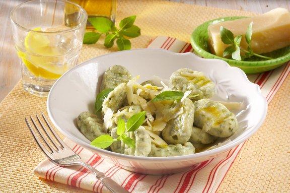 V krompirjevo testo lahko dodamo številne dodatke, kot so kuhana špinača ali pesa, nariban sir, skuta, sesekljana zelišča in sipino črnilo.