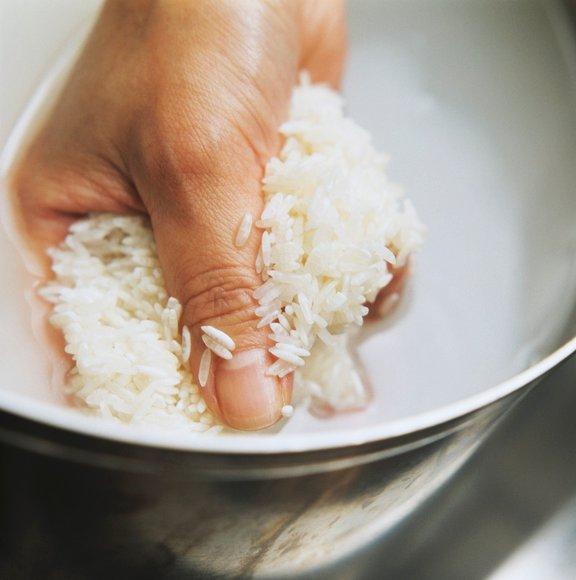 Odmerjeno količino riža pred kuhanjem vedno dobro speremo, saj tako odstranimo zdrobljena zrna in škrobni prah.