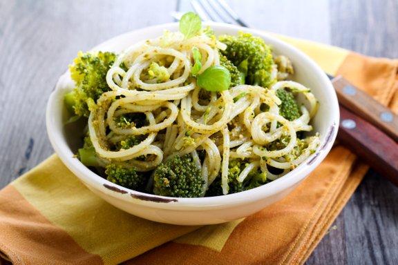 Testenine z brokolijem in pestom